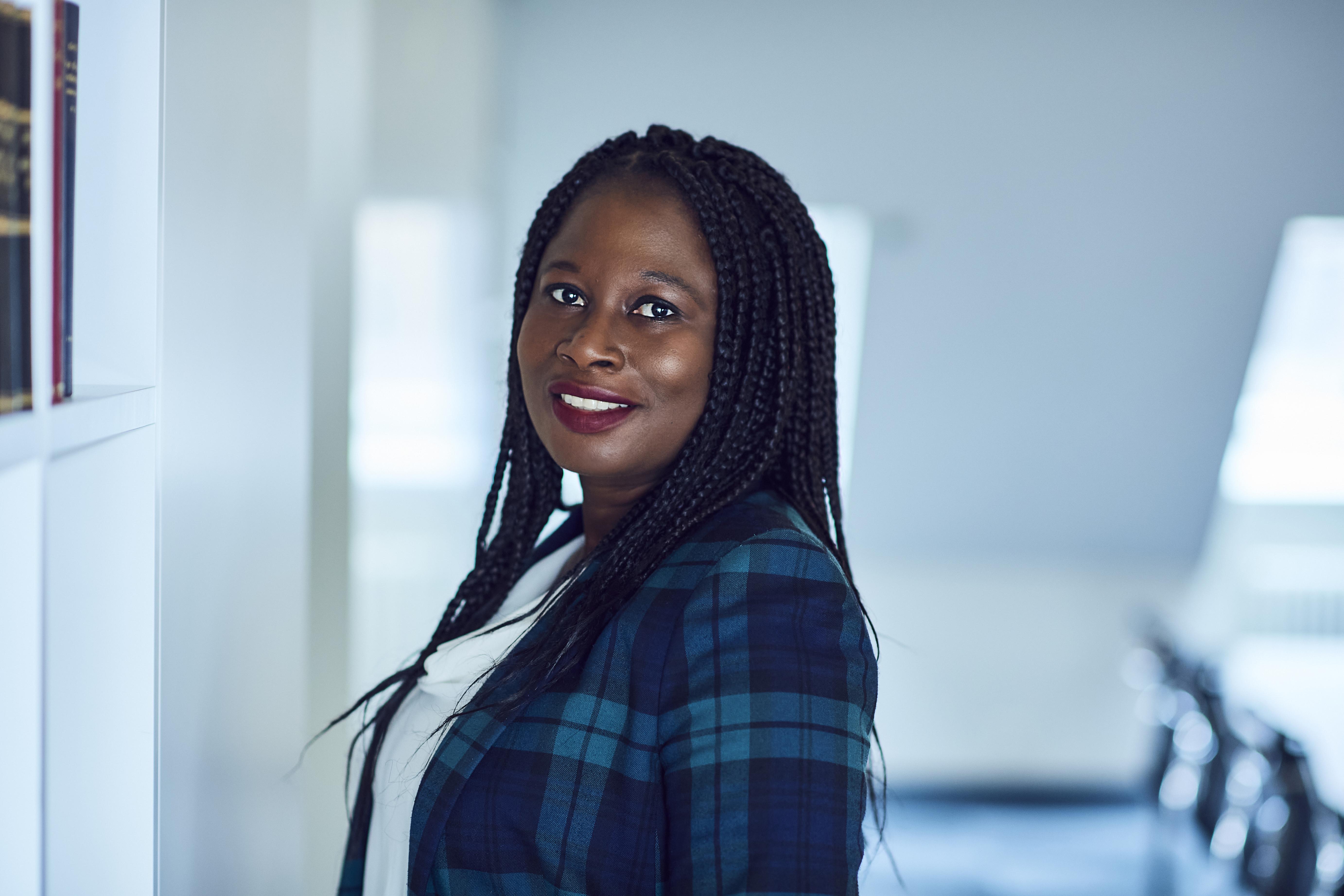 Connie Amoateng, Beglaubigungsdienst